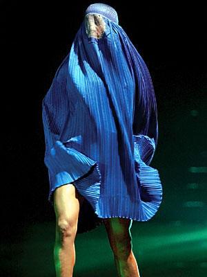 El burka de moda en Paris antes de su inminente prohibicion1