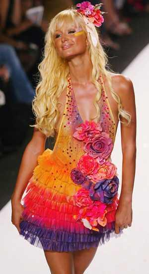 Paris Hilton sorprendio en la pasarela