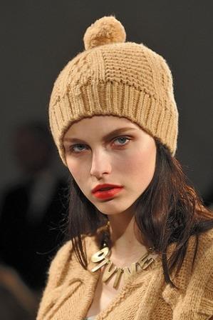Сегодня вязаные женские шапки с ушками или завязками. .