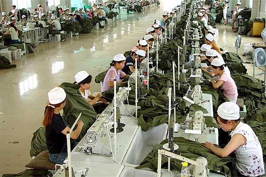 Trabajadores asiáticos produciendo en cadena