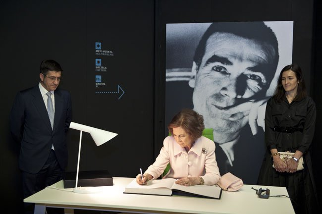 Sofía acredita con su firma la apertura del Museo