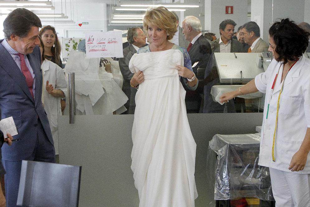 Hasta Esperanza Aguirre quiso probarse sus diseños