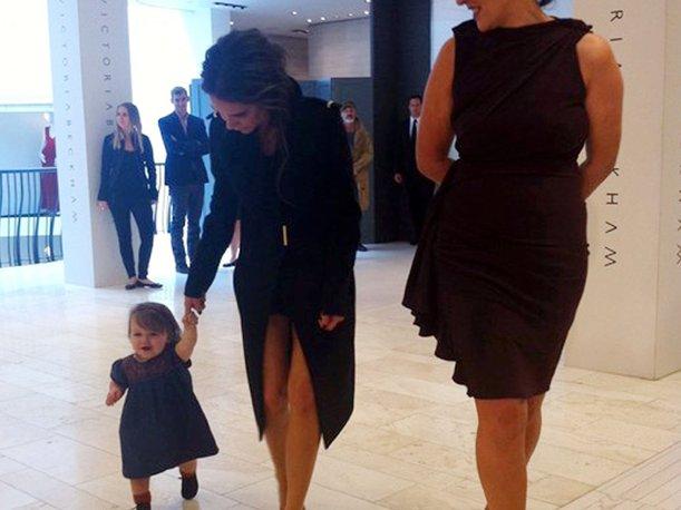 La pequeña acompaña a su mamá