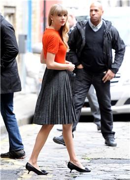 Taylor Swift, siempre con estilo femenino.