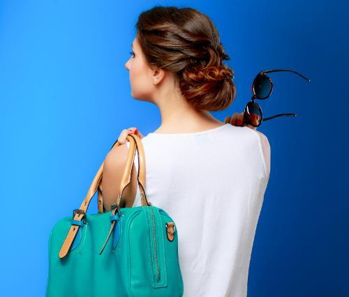 chica con bolso y gafas de sol