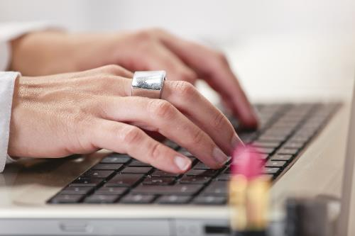 mujer blogger trabajando