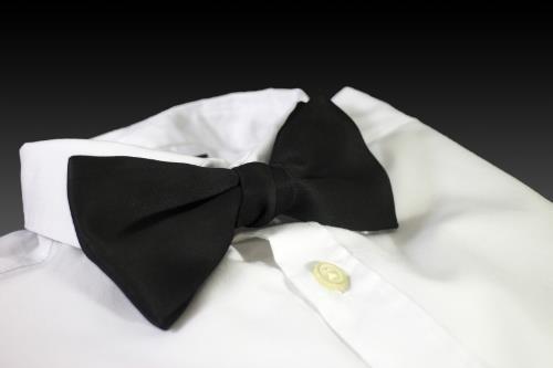 pajarita y camisa blanca