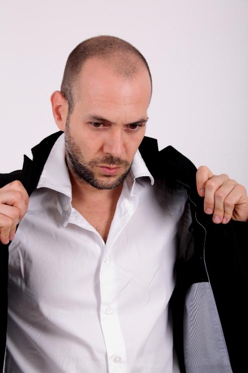 hombre con traje y camisa